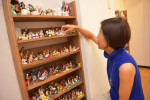 箱庭のフィギュア棚から好きなものを選んでみる〜箱庭療法とは